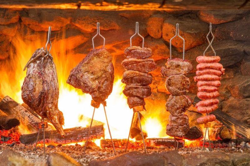 Beto Perroy faz churrasco fogo de chão em Campos do Jordão (SP)