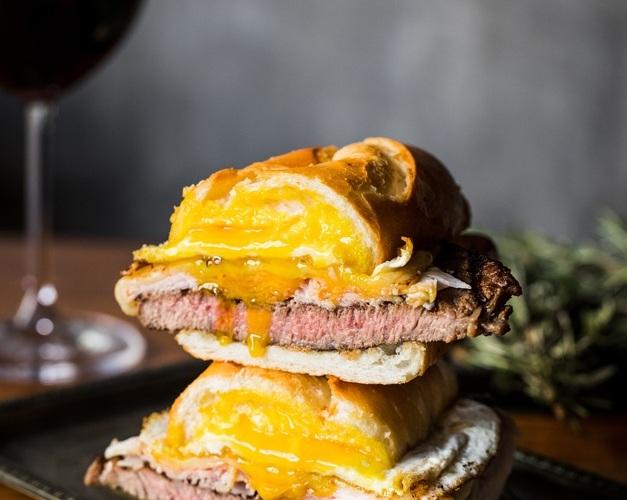 Wagyu é destaque no menu de 5 anos do Raw Burger (SP)